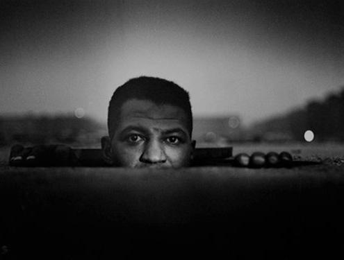 """""""Uomo emergente"""" (1952), fotografia, di Gordon Parks."""